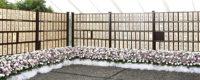 社葬式場の屋外に並べて飾られた多くの芳名板と供花