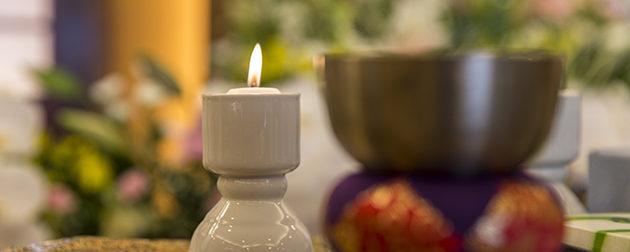宗教式の中でも一般的な仏式の葬儀に欠かせないロウソクやリンなどの仏具