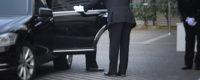社葬会場にて来賓が車で来場した際の接遇