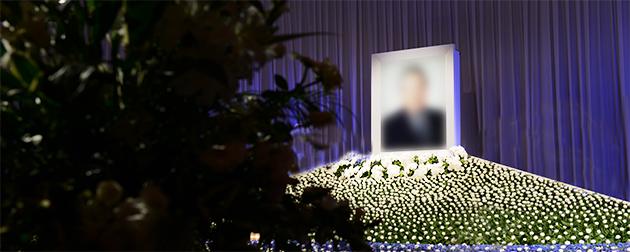 ホテルでのお別れの会に公益社が設営した、企業と故人をイメージした祭壇と遺影
