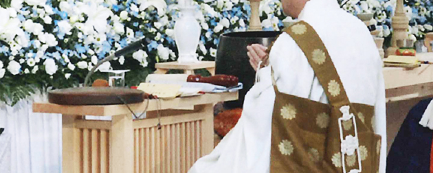 お布施額や読経の費用、戒名の金額はお坊さんに相談して支払い、社葬で僧侶に戒名を授けてもらい読経していただく