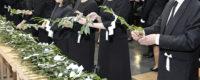 神式の葬儀で玉串(榊)を奉奠する様子