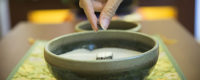 仏式のお参り作法である焼香に使う香炉。お焼香する様子。