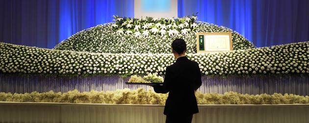 ホテルのお別れの会にて、多くの参会者によって祭壇前に手向けられたカーネーションの献花