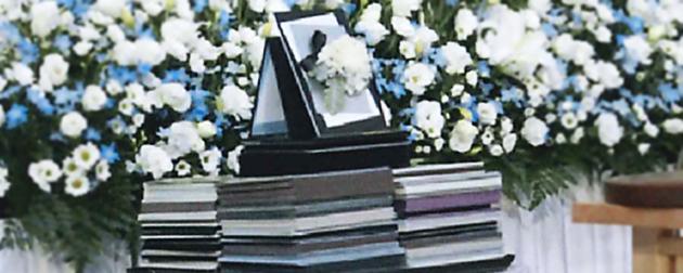 お別れの会や社葬で祭壇前に置かれた弔電