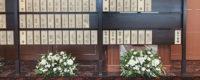 お別れの会で供花を受けた際の芳名板