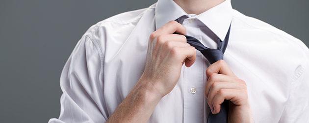 クールビズでネクタイを外す男性