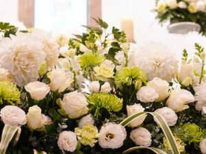 白いダリアが入ったナチュラルな花祭壇